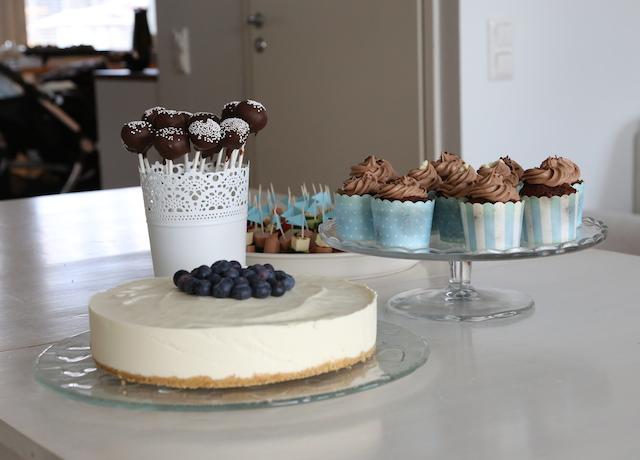 toffepops, cupcakes, blåbär-vitchoklad cheesecake