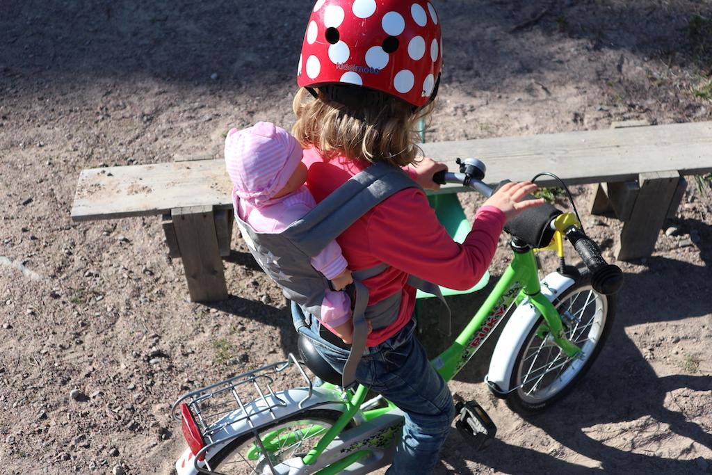 cykla med dockan